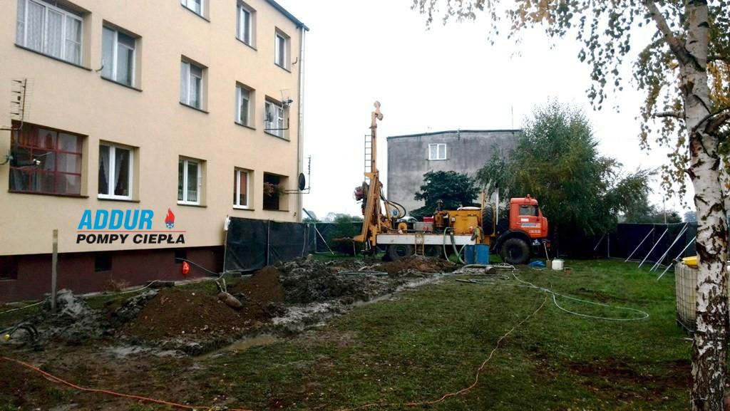 Realizacja hybrydowej instalacji grzewczej w budynku mieszkalnym wielorodzinnym rozpoczęła się od wykonania 16 odwiertów geotermicznych po ok 100m zlokalizowanych obok budynku.